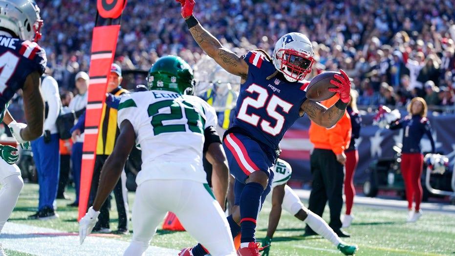 Jones tosses 2 TDs, Patriots roll 54-13 as Jets lose Wilson