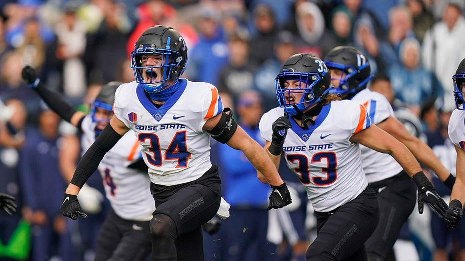 Boise State forces 4 turnovers, knocks off No. 10 BYU 26-17