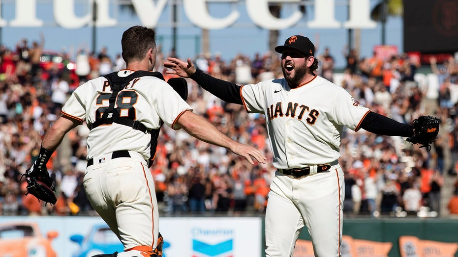 Giants beat Padres, win NL West title on season's final day