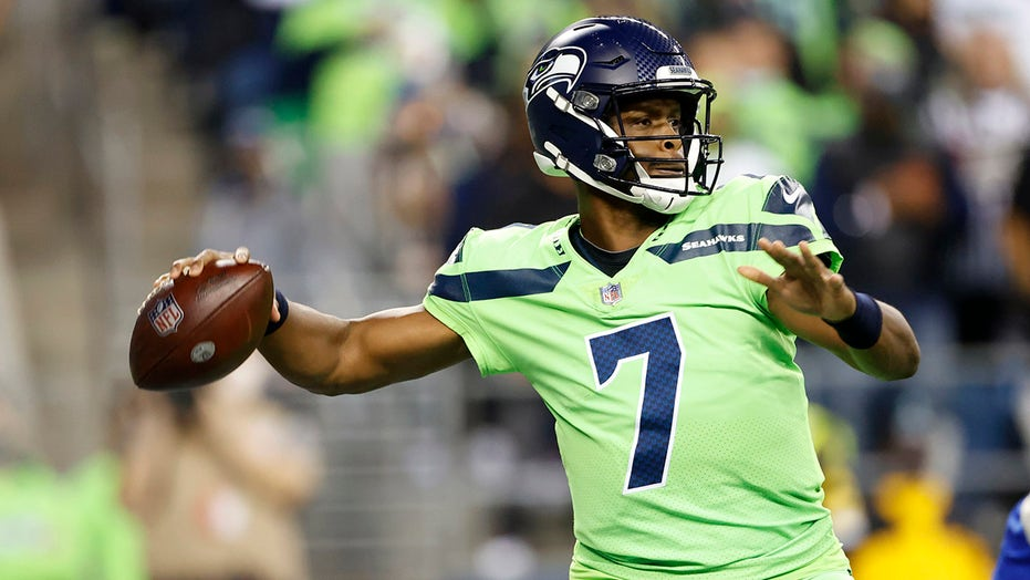 Seahawks' Geno Smith throws first TD pass since 2017 as Russell Wilson exits with injury