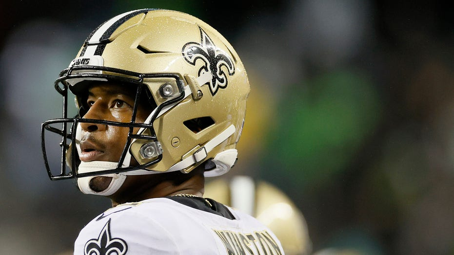 Saints' Jameis Winston chews out Tre'Quan Smith on sidelines after botched third down vs Seahawks