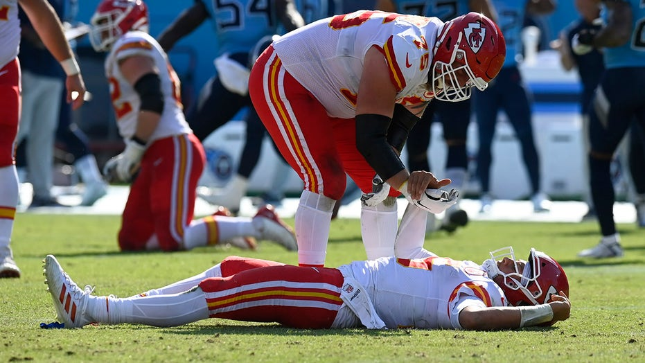 Patrick Mahomes takes knee to the head in Chiefs' blowout loss to Titans