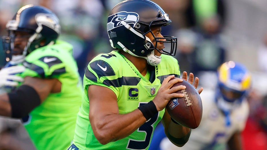 Seahawks' Russell Wilson messes up his middle finger, leaves NFL fans queasy
