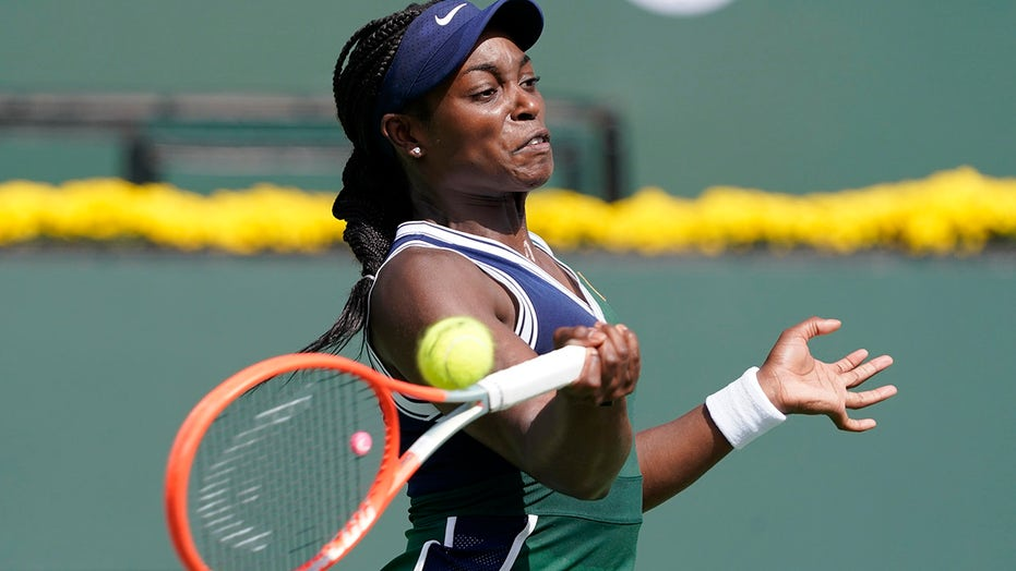 Rogers, Stephens win opening matches at Indian Wells